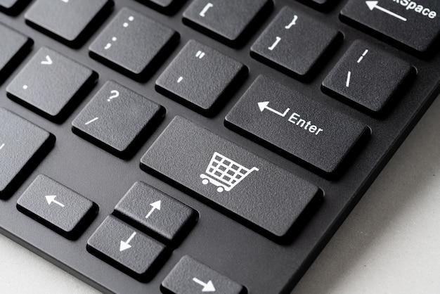Strategie-konzeptikone des geschäfts, des marketings u. des on-line-einkaufens auf der würfel- u. computertastatur