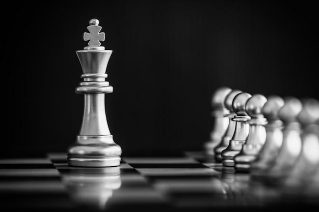 Strategie schachkampf intelligence challenge-spiel. schachgeschäftsführer und erfolgsidee.