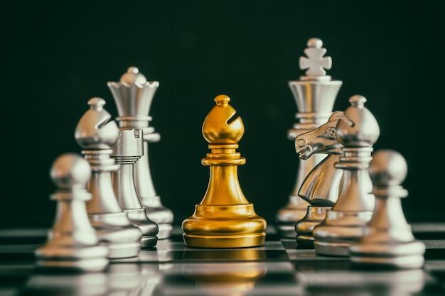 Strategie schachkampf intelligenzherausforderungsspiel auf schachbrett.