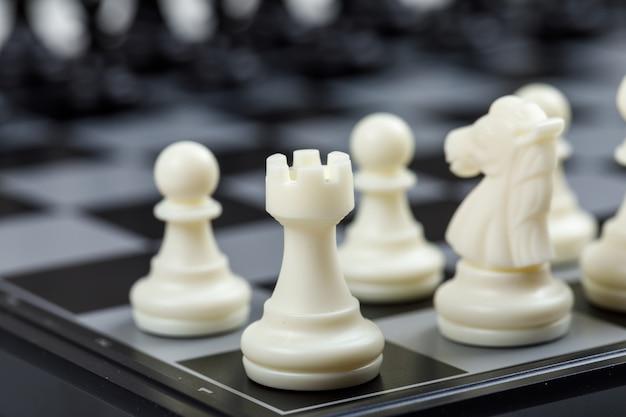 Strategie- und schachkonzept auf schachbrett-seitenansicht. horizontales bild