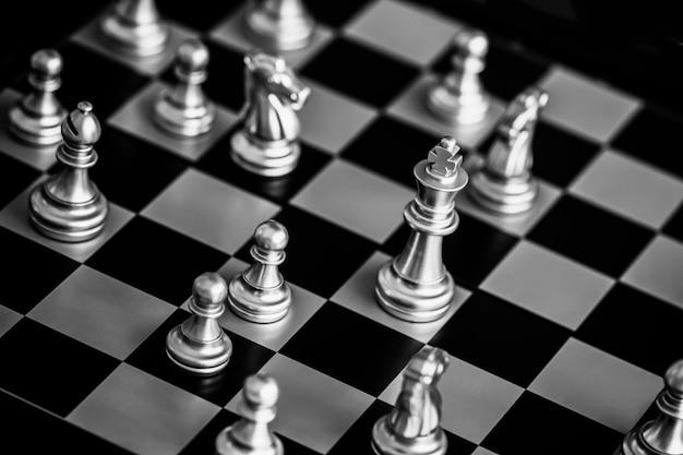 Strategieschachkampf intelligenz-herausforderungsspiel auf schachbrett.