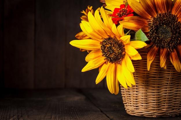 Strauß aus sonnenblumen im korb auf dem tisch