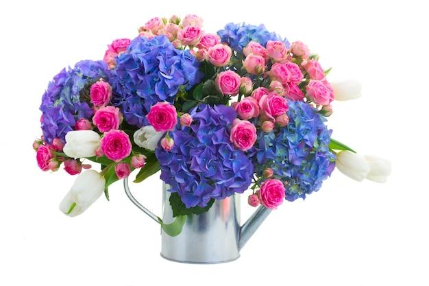 Strauß der weißen tulpen, der rosa rosen und der blauen hortensienblumen lokalisiert auf weißem hintergrund