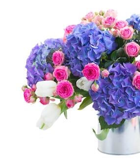 Strauß der weißen tulpen, der rosa rosen und der blauen hortensienblumen lokalisiert auf weißem raum