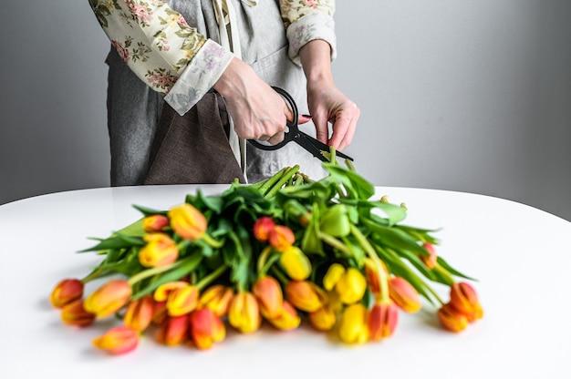 Strauß frischer blumen. strauß gelber, orange und roter tulpen