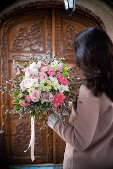 Strauß frischer zarter blumen auf weißer hintergrundgeschenkfeier-valentinstaghochzeit