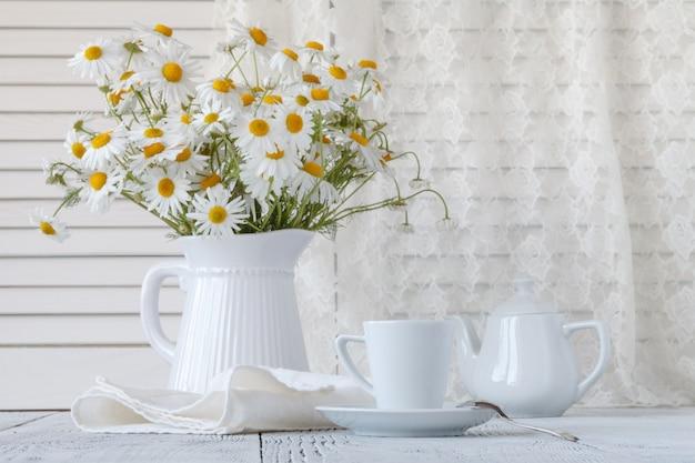 Strauß gänseblümchen in einer weißen vase