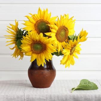 Strauß gelber sonnenblumen auf dem tisch ein helles rustikales interieur