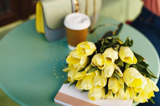 Strauß gelber tulpen auf dem tisch