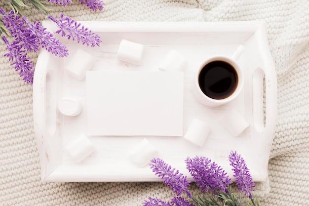 Strauß lavendel und tasse kaffee im bett