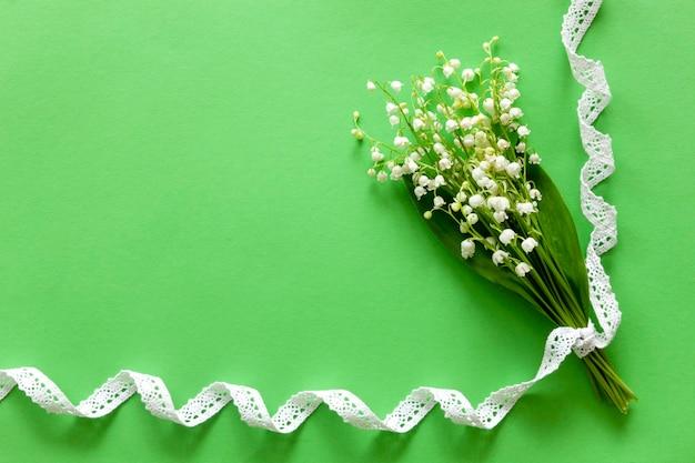 Strauß maiglöckchen, maiglöckchen auf grünem grund
