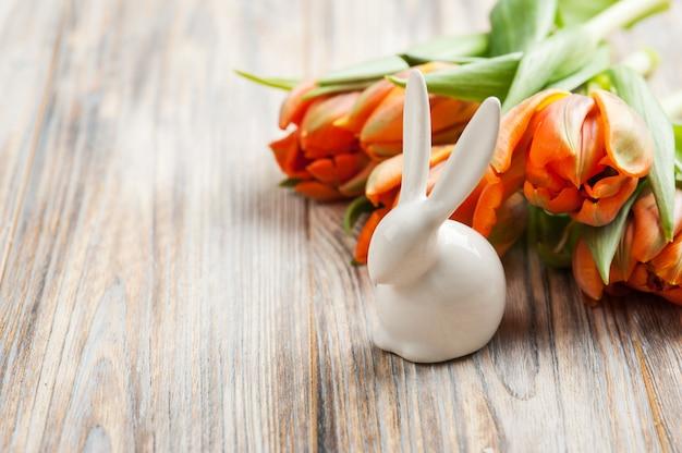 Strauß orange tulpen und osterhasen