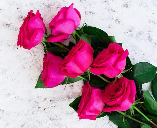 Strauß rosa rosen auf dunkel