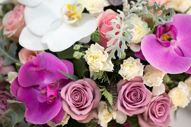Strauß rosen und orchideen