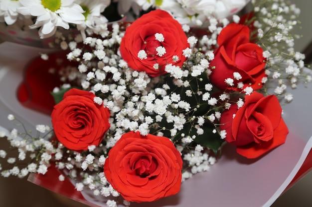 Strauß roter rosen und weißer chrysanthemen. nahaufnahme.