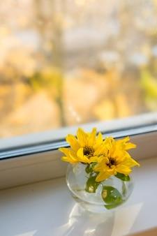 Strauß sonnenblumen am fenster zu hause. konzept der natur und dekoration. foto in hoher qualität