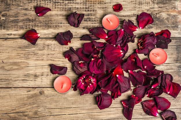 Strauß trockener burgunderrosen