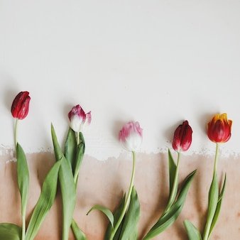 Strauß tulpen auf einem hölzernen rustikalen tisch. frühlingsferienkonzepthintergrund