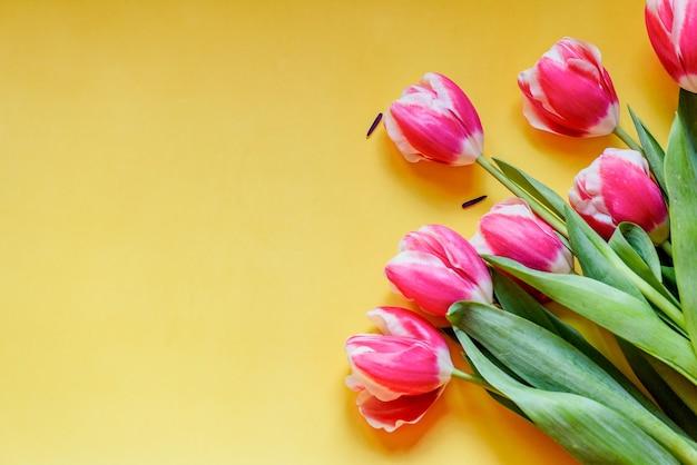 Strauß tulpen auf gelbem hintergrund mit kopienraum