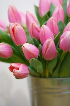 Strauß tulpen in einem eisernen eimer. natürliche blumen.