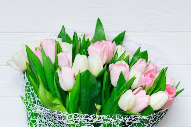 Strauß tulpen vor frühlingsszene.