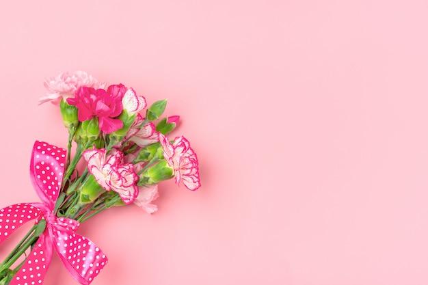 Strauß verschiedener rosa nelkenblumen isoliert