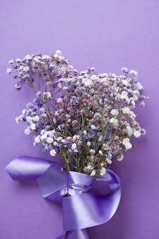 Strauß violetter gypsophila mit seidenband. draufsicht.