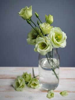 Strauß weißer eustoma-blüten im glas