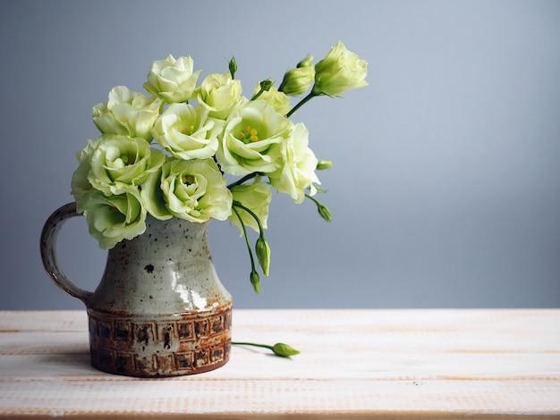 Strauß weißer eustoma-blumen in vase