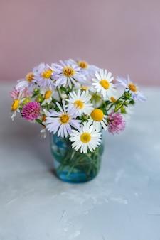Strauß wildblumen in einer glasvase