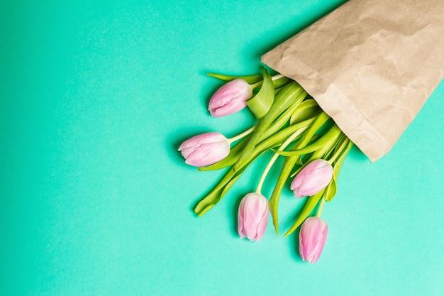 Strauß zarter rosa tulpen in zero-waste-verpackung
