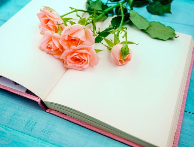 Strauß zarter rosen auf einem spickzettel in der tetrade.