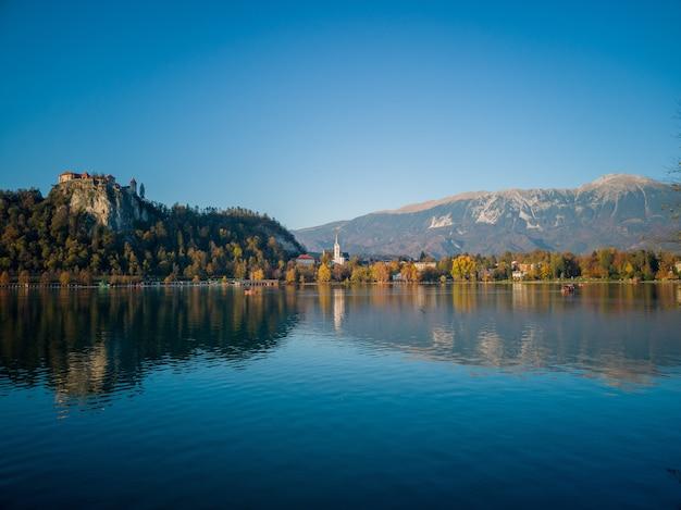 Straza-hügel über dem bleder see in slowenien unter blauem himmel
