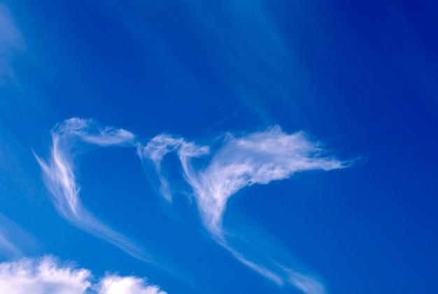 Streaky wolken am blauen himmel