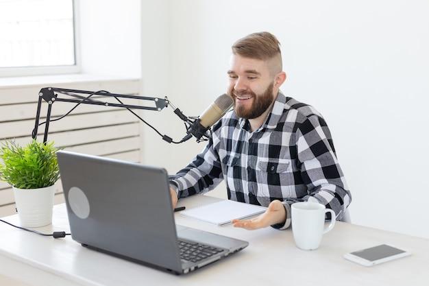 Streamer, blogger und medienkonzept - radio-dj arbeitet im studio.