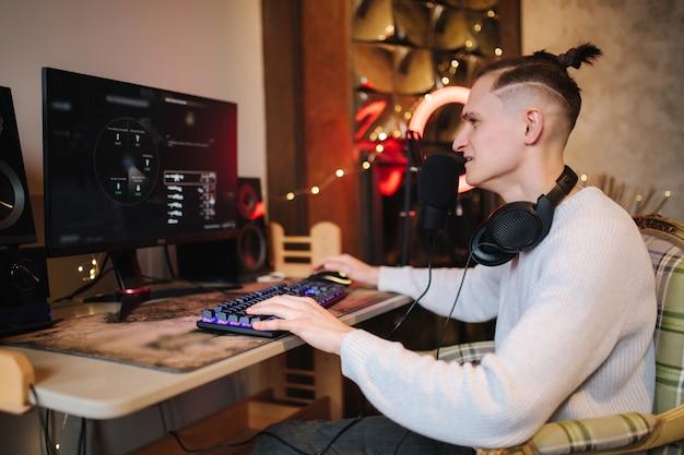 Streamer cyber führt ein weltraum-videospiel auf einem leistungsstarken pc durch und spricht mit spielern im chat