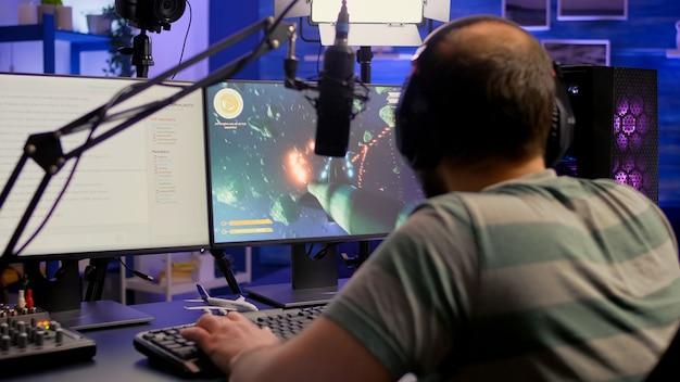 Streamer, der ein weltraum-shooter-videospiel spielt und mit anderen spielern über e-sport-turniere spricht