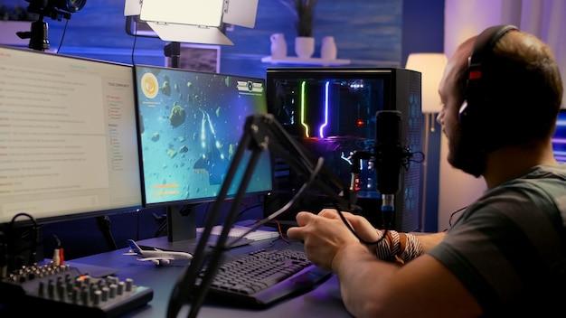 Streamer-mann gewinnt weltraum-shooter-videospiel während des esport-turniers