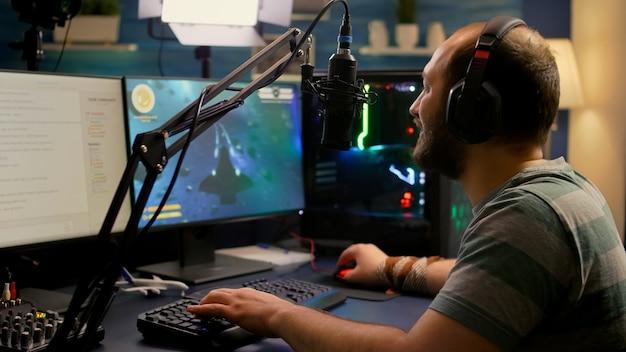 Streamer-mann mit headset beginnt, online-weltraum-shooter-videospiele zu spielen