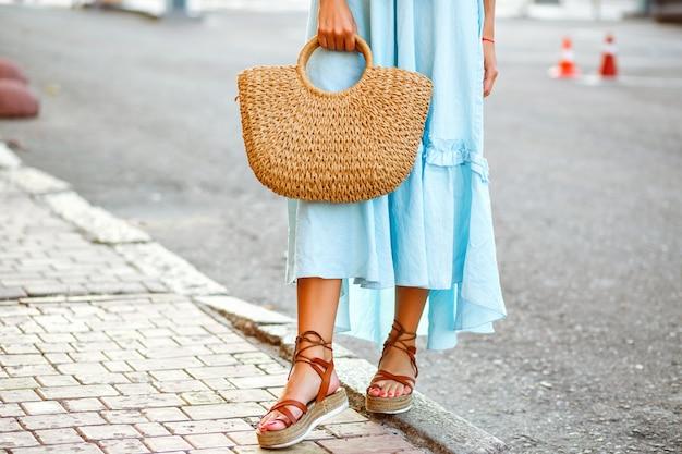 Street fashion details der stilvollen eleganten frau, die trendiges blaues vintage rüschenkleid trägt