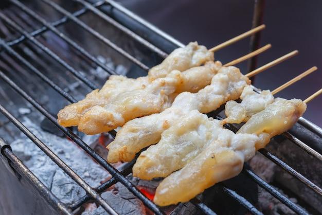 Street food - gegrillter tintenfisch, tintenfisch eier.