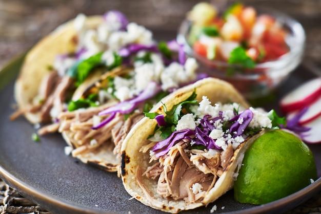 Street tacos - mit carnitas, rotkohl und queso-fresko-käse