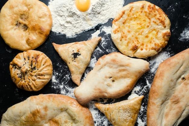Streetfood reisen. lavash khachapuri und samosa sortiment