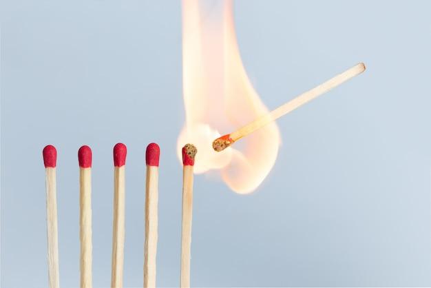Streichhölzer in der gruppe brennen mit rotem, orangefarbenem, gelbem feuer. isoliert auf weißem hintergrund