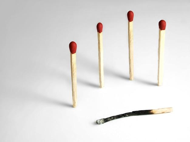Streichhölzer mit verbranntem streichholz