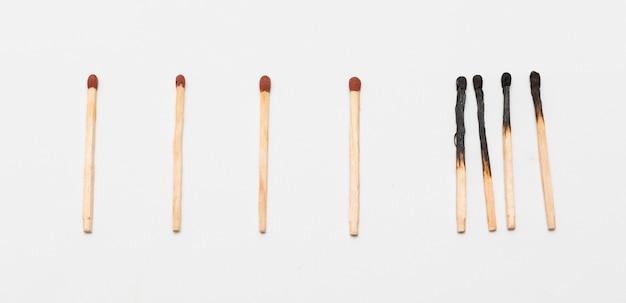 Streichhölzer mit verbrannten streichhölzern