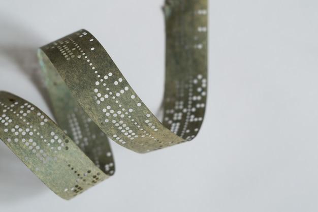 Streifen alten lochklebebandes auf einer weißen oberfläche