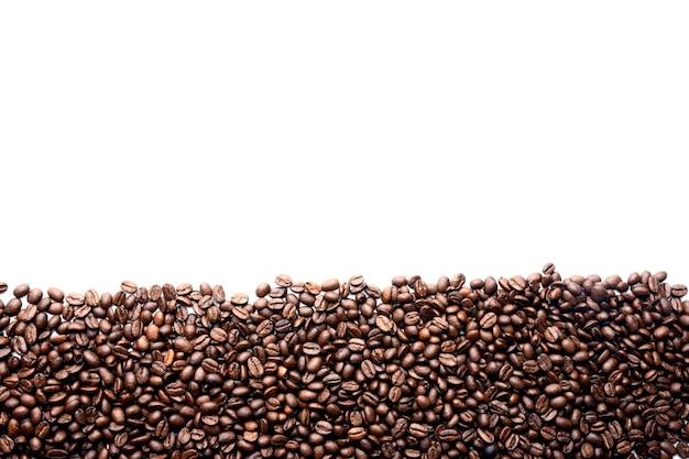 Streifen von kaffeebohnen lokalisiert auf weißem hintergrund
