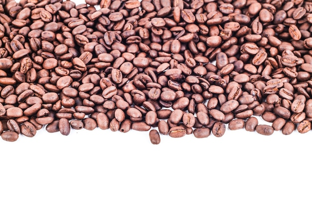 Streifenrahmen von den röstkaffeebohnen lokalisiert auf weißgebrauch als hintergrund