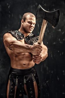 Strenger barbar im lederkostüm mit hammer